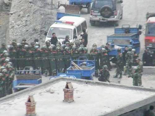 La police armée à la cimenterie de Madang